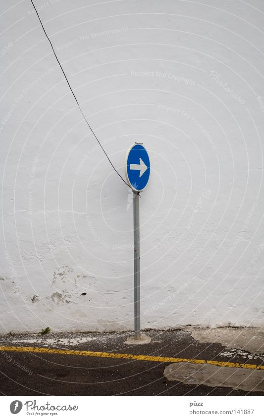 Da lang! Straße Verkehrszeichen Verkehrsschild Zeichen Schilder & Markierungen Hinweisschild Warnschild Linie Pfeil Schnur blau gelb weiß Wand Stahlkabel