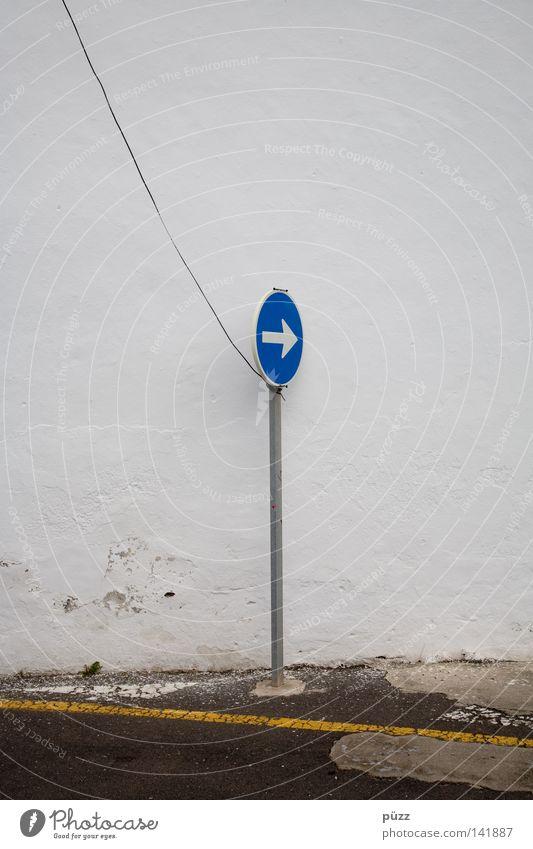 Da lang! weiß blau gelb Straße Wand Linie Schilder & Markierungen Pfeil Zeichen Schnur Hinweisschild Stahlkabel Pfosten Verkehrsschild Straßennamenschild