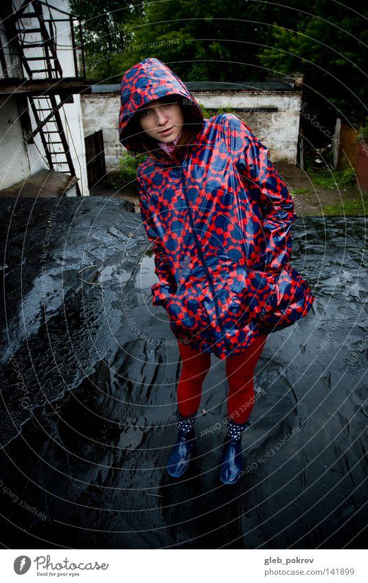 Frau Wasser rot Farbe Mode Regen Bekleidung Industrie Fabrik Stiefel Mantel Strumpfhose Russland Sibirien Silo Schlick