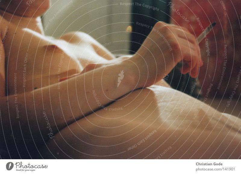 Rauchen Akt Frau Hand rot Erholung dunkel Beine hell Körper Zufriedenheit Arme Haut liegen Finger Feuer