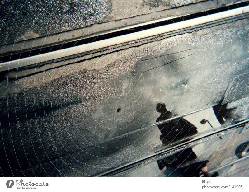 Spurensuche II Regen Gleise unterwegs Straßenbahn Linie Reflexion & Spiegelung Mensch verborgen Suche Wasser nass Herbst Pfütze Stadt Verkehrsmittel