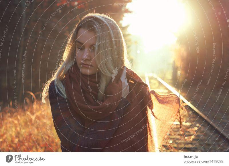 auf den Gleisen des Lebens Mensch feminin Gesicht 1 18-30 Jahre Jugendliche Erwachsene Umwelt Natur Herbst Schönes Wetter Mode Bekleidung Schal Haare & Frisuren