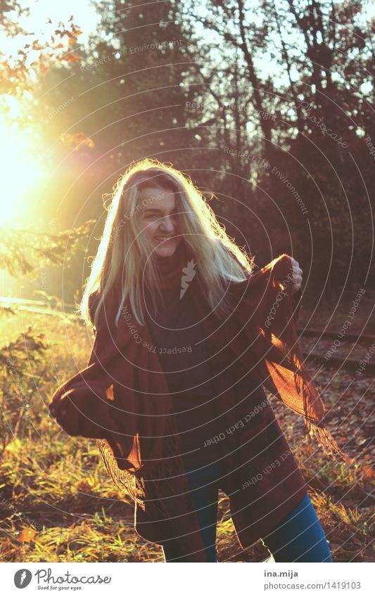 unbeschwert Mensch feminin Junge Frau Jugendliche 1 18-30 Jahre Erwachsene Umwelt Natur Sonnenaufgang Sonnenuntergang Sonnenlicht Herbst Schönes Wetter