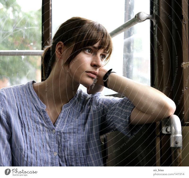 Traumreise Mensch Jugendliche schön ruhig feminin Junge Frau Gefühle Traurigkeit 18-30 Jahre geschlossen sitzen nachdenklich Sehnsucht brünett Langeweile Sorge