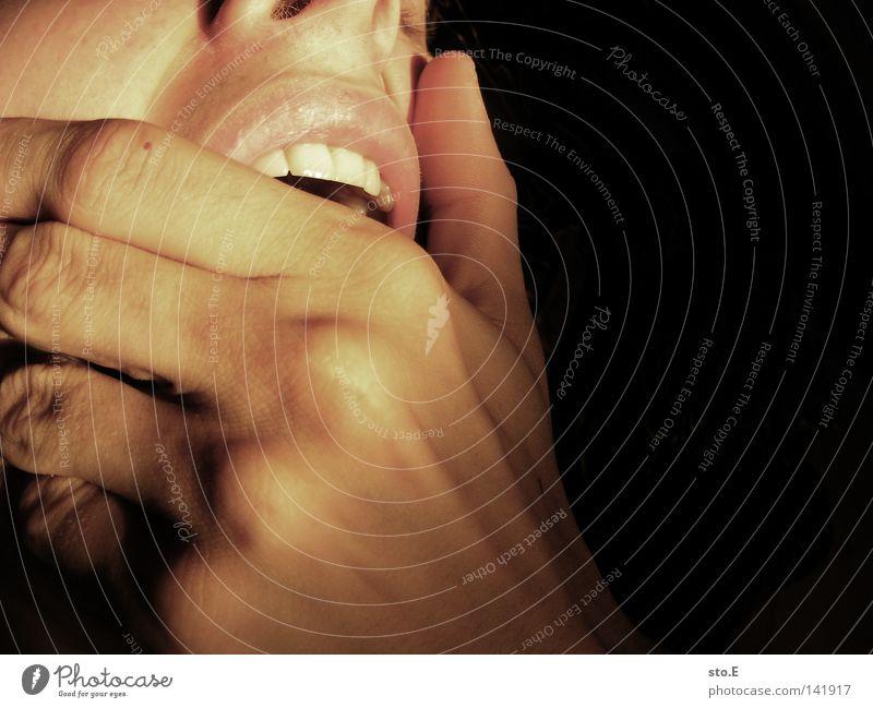 gähn Finger dunkel Nacht schwarz gähnen Verhalten Atem atmen aufmachen Öffnung offen Luft Mensch Jugendliche Mann Nahaufnahme Gesicht face Mund Haut skin Nase