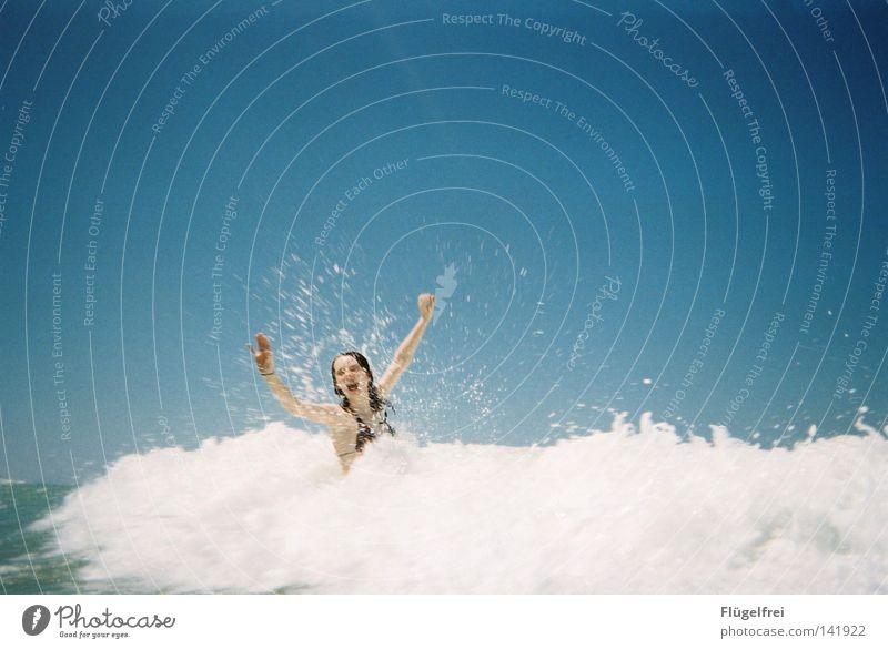 Lass dich mitreißen! Frau Himmel blau Ferien & Urlaub & Reisen Wasser weiß Sommer Meer Freude Einsamkeit Strand Erwachsene kalt Gefühle lachen Bewegung