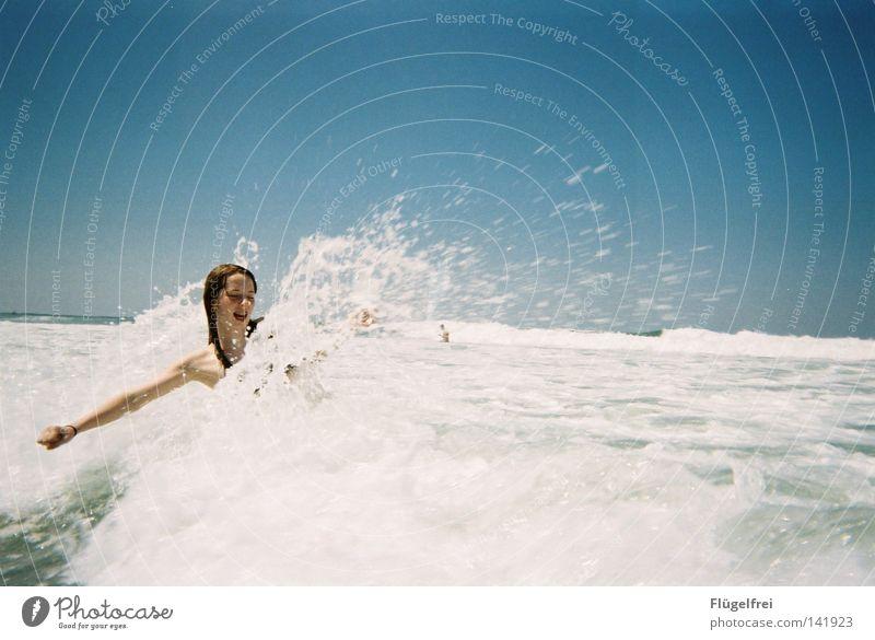 Und schmeiß dich in die Welle! Frau Himmel blau Ferien & Urlaub & Reisen Wasser weiß Sommer Meer Freude Einsamkeit Strand Erwachsene kalt Gefühle lachen