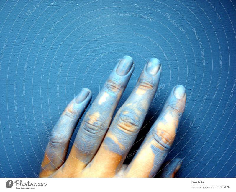 alles im luck Lack Farben und Lacke lackiert lackieren Renovieren streichen Streicheln Finger 5 Hand klecksen blau Hautfarbe gelb Nagellack Körperteile