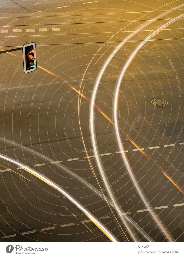 Abbieger Verkehr Nacht Abend Licht Spuren Straßenkreuzung Wegkreuzung Mischung Ampel Verkehrsstau Teer Beton hell Bremslicht abbiegen fahren führen Ziel
