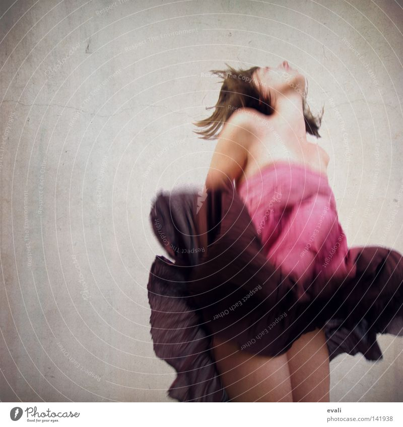 Sometimes I wanted to fly like a butterfly Frau springen Haare & Frisuren rosa Bekleidung Kleid violett hüpfen Porträt
