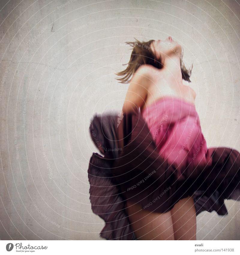 Sometimes I wanted to fly like a butterfly Porträt Frau springen hüpfen Kleid rosa violett woman Bekleidung purple Haare & Frisuren hair
