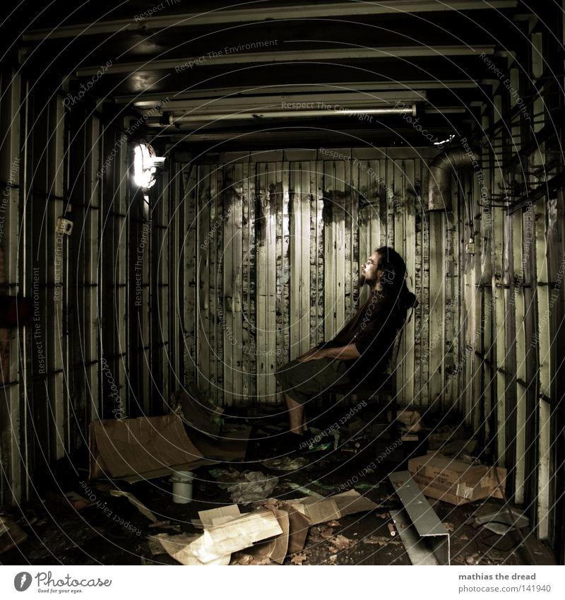 BLN 08 | FENSTERBLICK Mann Einsamkeit ruhig gelb Fenster dunkel Wärme Haare & Frisuren Glück träumen Metall Beleuchtung glänzend Arme dreckig