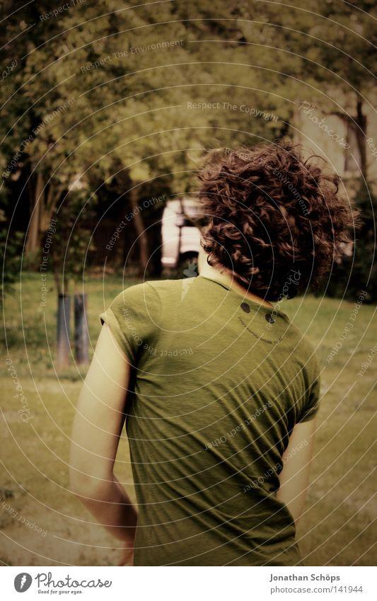 junge Frau mit Locken Freude Glück Haare & Frisuren Zufriedenheit Garten Mensch feminin Junge Frau Jugendliche Rücken 1 18-30 Jahre Erwachsene Fröhlichkeit grün