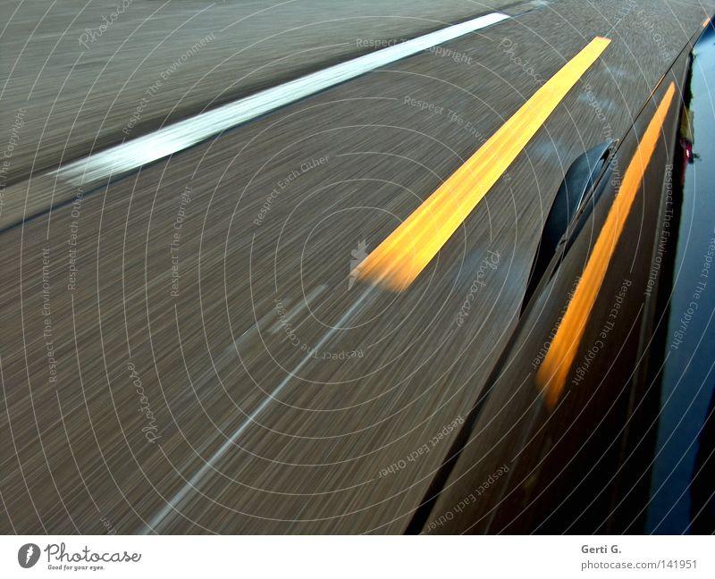 11.8.88 KFZ PKW Memphis Asphalt Straße bemalt Streifen gelb weiß Geschwindigkeit Geschwindigkeitsrausch Detailaufnahme Lack glänzend Reflexion & Spiegelung
