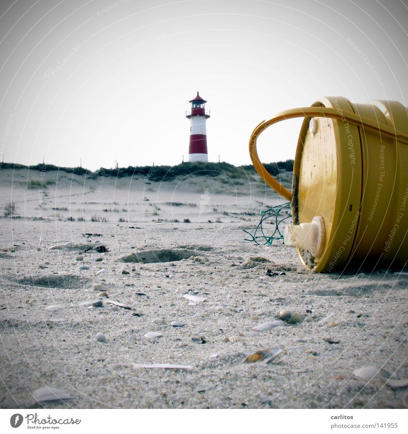 Nordseeöl Strand Meer Umwelt Sand Küste Leuchtturm Erdöl Moral Umweltverschmutzung Strandgut Ebbe Gezeiten Flut rot-weiß Kanister Sandstrand Muschel gelb rund
