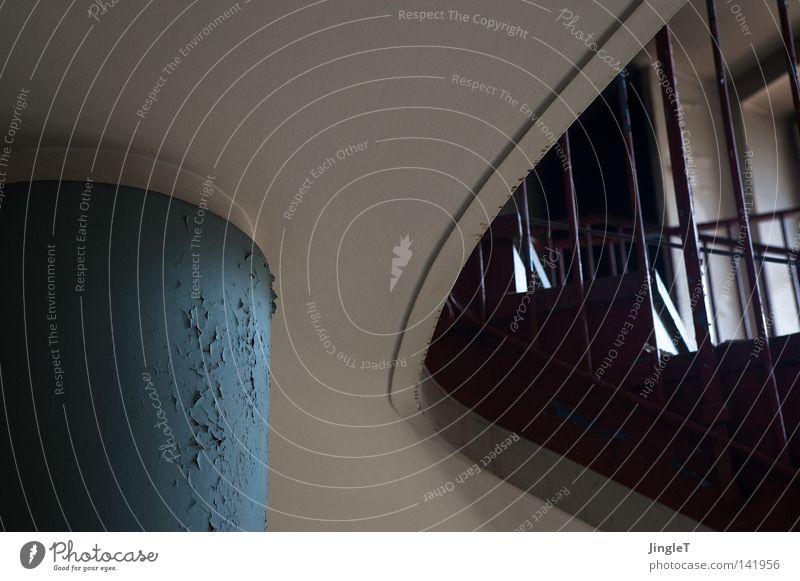 gestützte biegung Strebe Treppengeländer aufwärts abwärts Etage Biegung Farbstoff Gebäude Bauwerk Treppenhaus Säule abblättern Bildausschnitt Anschnitt