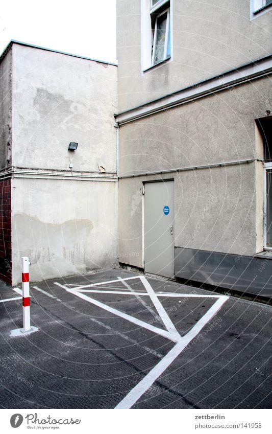Ecke Haus Fenster Fassade Tür Schilder & Markierungen Kreuz Verkehrswege Eingang Hinterhof Parkplatz Kruzifix Hof Nische Parkverbot