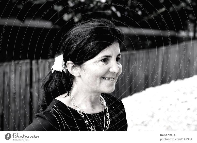 romanian maid Frau schwarz lachen Sand Erwachsene Zähne Schmuck Seite Kette Zopf Haare & Frisuren Zahnlücke Goldkette braunes Auge Haargummi