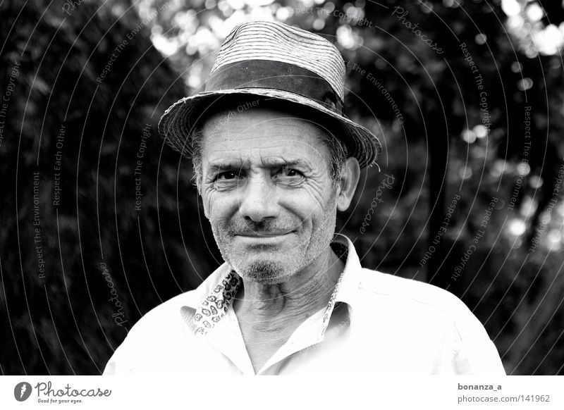 Strongman. Mann Glück lachen Erwachsene Hut Amerika Falte Hemd Rumänien braunes Auge Hemdkragen