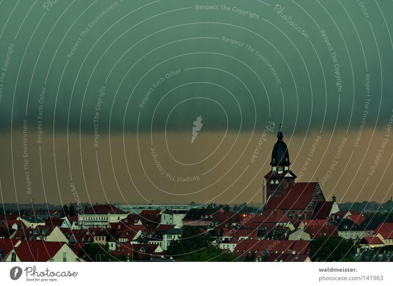 Himmel über Waren Stadt Kleinstadt Altstadt Kirche Wolken Unwetter Wetter Meteorologie Regen bedrohlich unheilbringend Kirchturm Dach Haus historisch