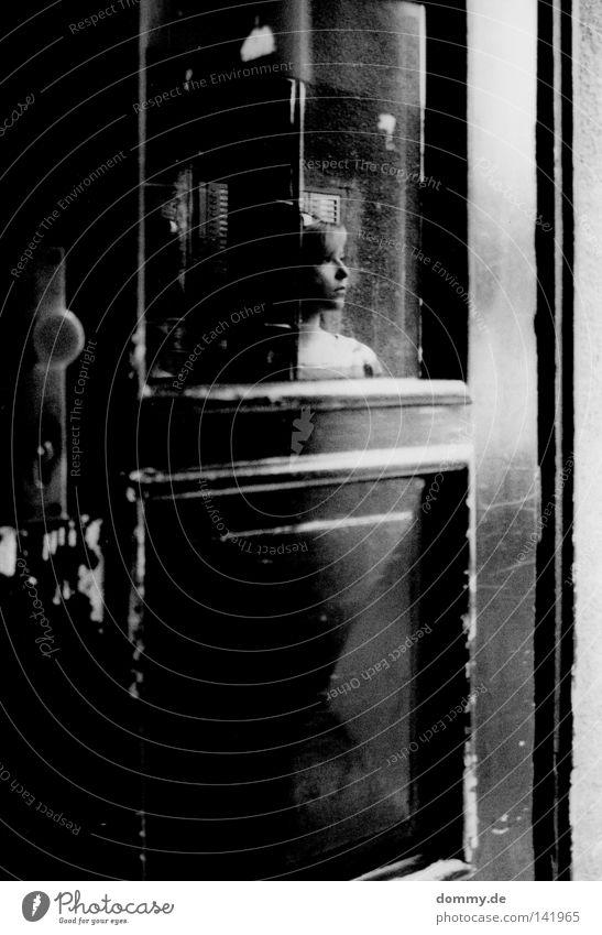 lost in prague Frau Spiegel Reflexion & Spiegelung Türrahmen schwarz weiß dunkel schön Freundlichkeit Vertrauen Türschloss Holz Prag blond Schwarzweißfoto Dame