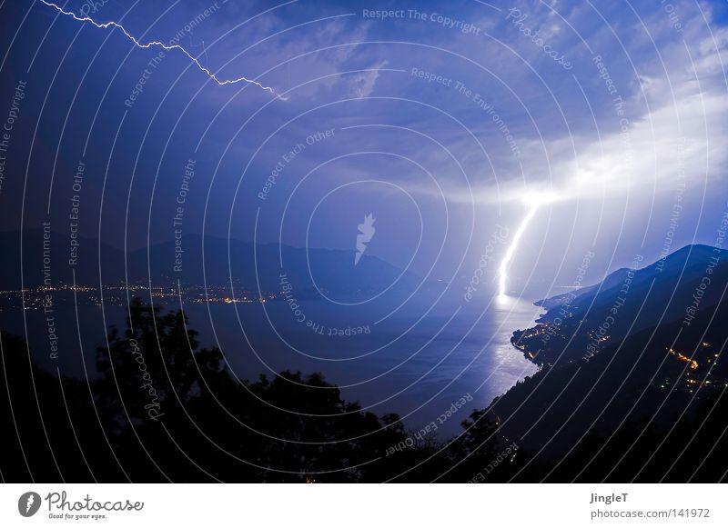 20.000 Volt überm Meer Wolken Unwetter Gewitter Regen Sturm Krach See Wasser Berge u. Gebirge entladen Nacht Seeufer Licht Ferne überblicken Angst Sicherheit