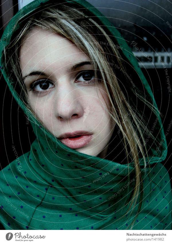 deprivation. grün Haare & Frisuren Gesicht Auge Lippen Pullover Haarsträhne Frau Gefühle 18-30 Jahre 1 Mensch einzeln langhaarig dunkelblond Blick in die Kamera