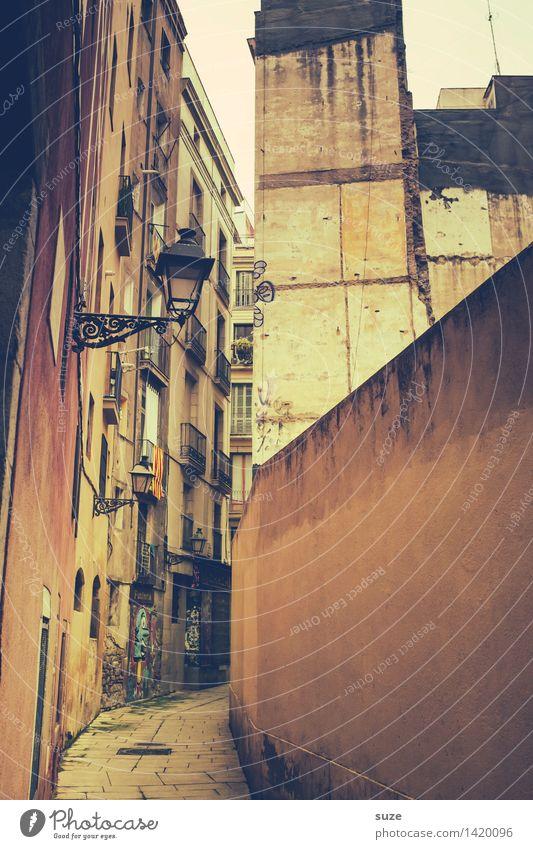 Gassi gehen Ferien & Urlaub & Reisen alt Stadt Einsamkeit Haus Fenster Architektur Lifestyle Mauer Fassade Stadtleben Häusliches Leben dreckig einfach