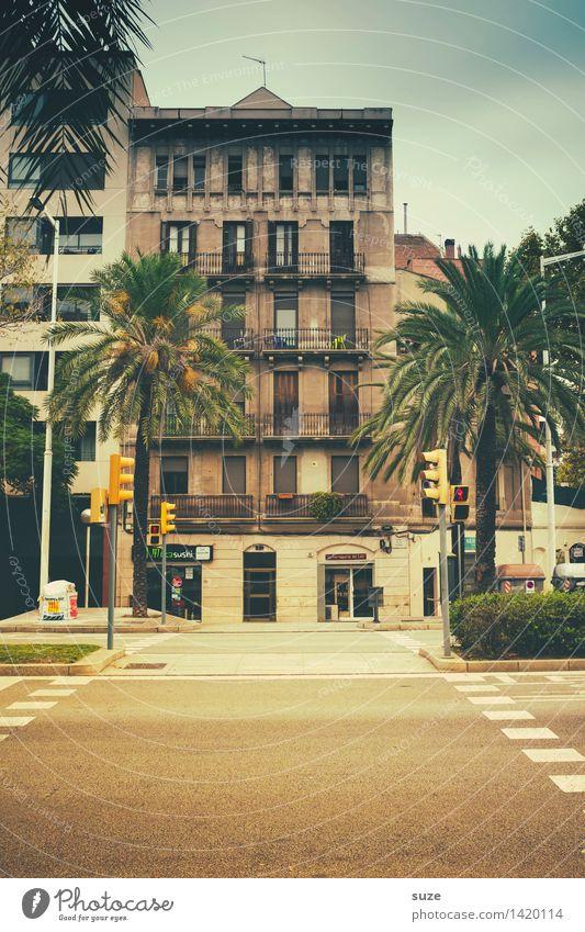 Geplante Straßenüberquerung Ferien & Urlaub & Reisen Stadt Haus Fenster Architektur Fassade Stadtleben Häusliches Leben Schilder & Markierungen warten Spanien