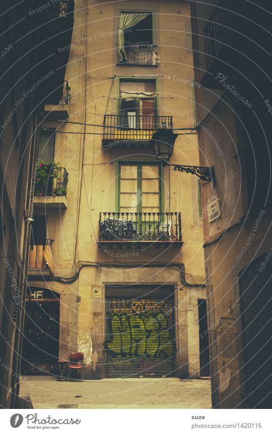 Wohnsitz Ferien & Urlaub & Reisen Stadt Haus Architektur Leben Graffiti Lifestyle Fassade Häusliches Leben warten Zeichen Stuhl Spanien Hauptstadt Balkon