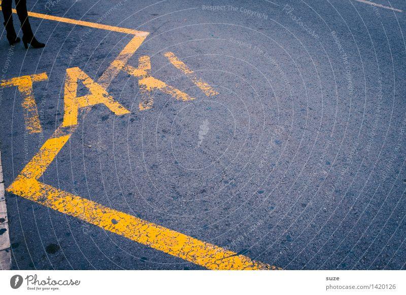 Warteschlange Mensch Stadt gelb Straße feminin Lifestyle Beine grau Business Fuß Tourismus Verkehr Schilder & Markierungen warten Hinweisschild Asphalt