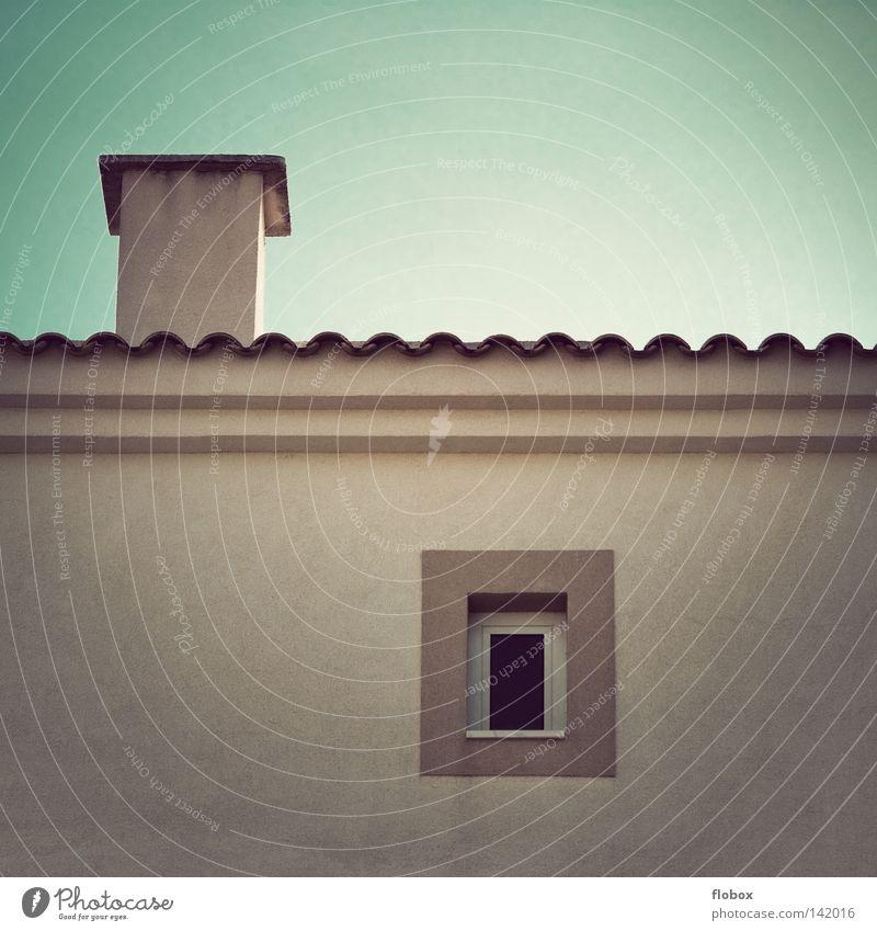Fenster, Schornstein, was braucht man mehr? Haus Hotel Unterkunft Ferienhaus Flachdach Wohnung Ferien & Urlaub & Reisen Süden Beton grau Ecke Fassade Wand Putz