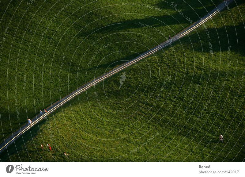 Bergauf Mensch Natur grün Straße Wiese Leben Landschaft oben Berge u. Gebirge Gras Wege & Pfade Park Linie Freizeit & Hobby wandern hoch