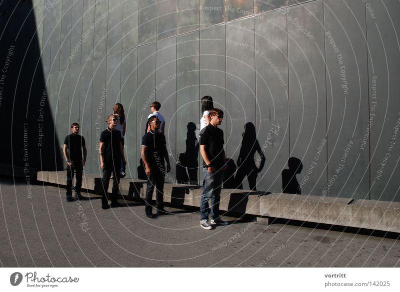 modedefile Frau Mensch Mann weiß schwarz dunkel Wand oben Menschengruppe Mauer hell Kunst Beton hoch Perspektive stehen