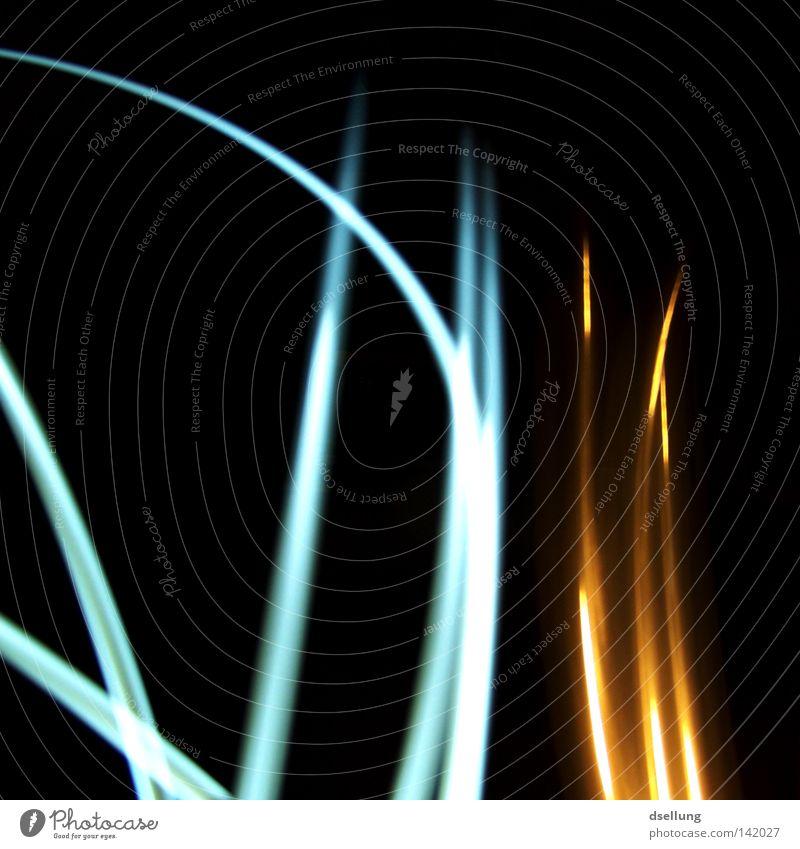 Verlauf von Lichtstrahlen auf schwarzem Hintergrund chaotisch Farbe gelb blau Taschenlampe dunkel durcheinander Reflexion & Spiegelung Gemälde orientierungslos