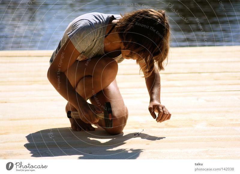 FLOATGIRL Jugendliche Sonne Arbeit & Erwerbstätigkeit Handwerk Arbeiter Holzbrett Schönes Wetter bauen Schweden Bauarbeiter Nagel geduldig fleißig Hammer Projekt nageln