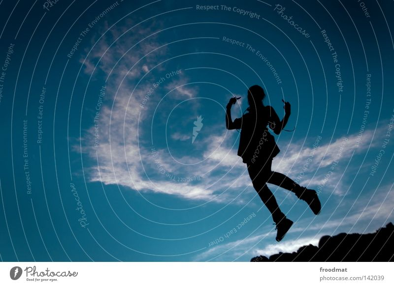 fuck off Frau Himmel blau Hand schön Mädchen Freude Wolken springen Tanzen elegant Finger Perspektive Coolness Körperhaltung Idylle
