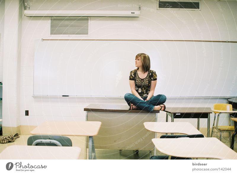 Jugendliche Bildung Schule Mensch leer Filmindustrie Schreibtisch Tisch Schulklasse Medien Klassenraum