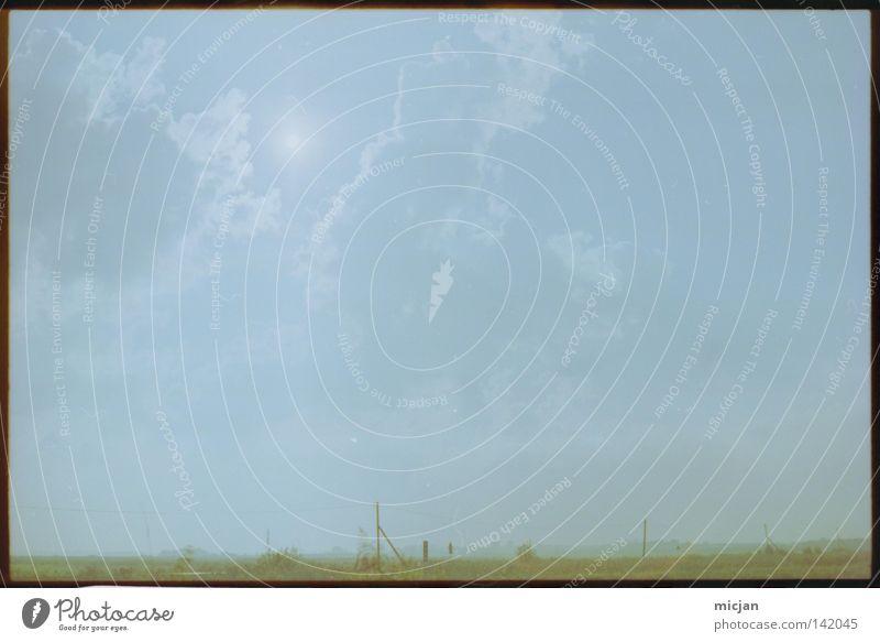Leere leer Einsamkeit gehen Ferne Unendlichkeit trist Horizont Grundbesitz Feld Zaun Landschaft Landschaftsformen grün blau Himmel Wolken analog schwarz simpel