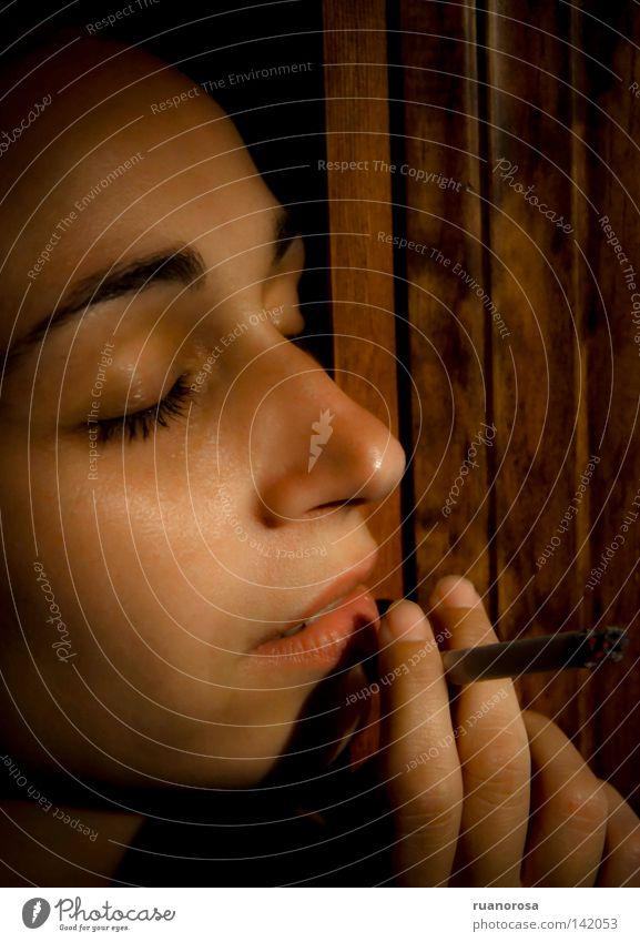 Frau Jugendliche Auge warten Nase Finger Hoffnung Rauchen Gedanke Augenbraue Kussmund Zigarre Tagtraum