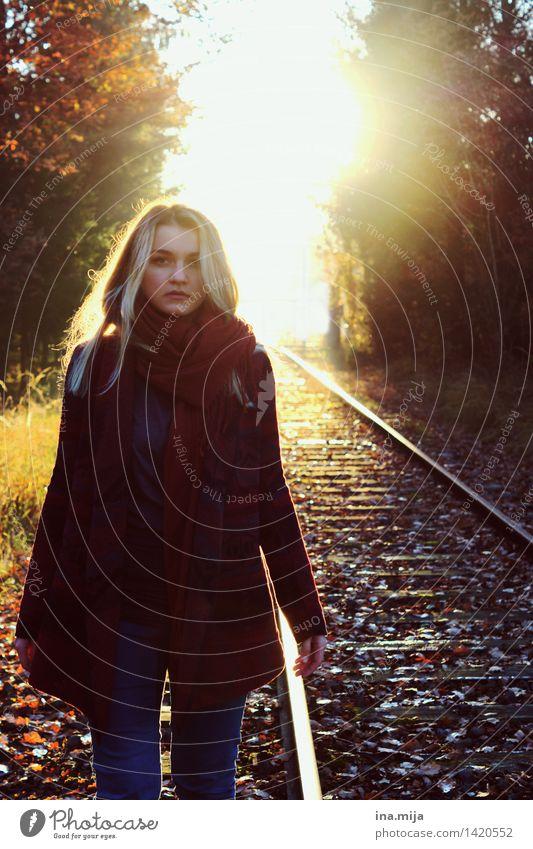Wohin geht es? feminin Junge Frau Jugendliche Leben 1 Mensch 18-30 Jahre Erwachsene Umwelt Natur Herbst Schönes Wetter Mode Pullover Accessoire Schal