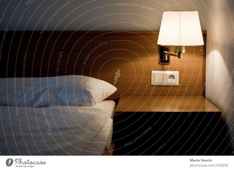 Ab ins Bett Ferien & Urlaub & Reisen Erholung Holz Lampe leer schlafen Bett Möbel Hotel Ruhestand kuschlig Lichtschein Schlafzimmer Bettdecke Aufenthalt Kissen