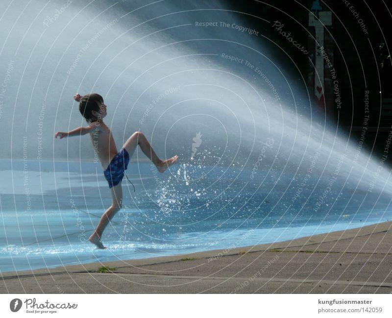 sommerspaß Wasser blau Sonne Sommer Freude Erholung Leben kalt Spielen Kind Junge Glück springen Park Kindheit Freizeit & Hobby