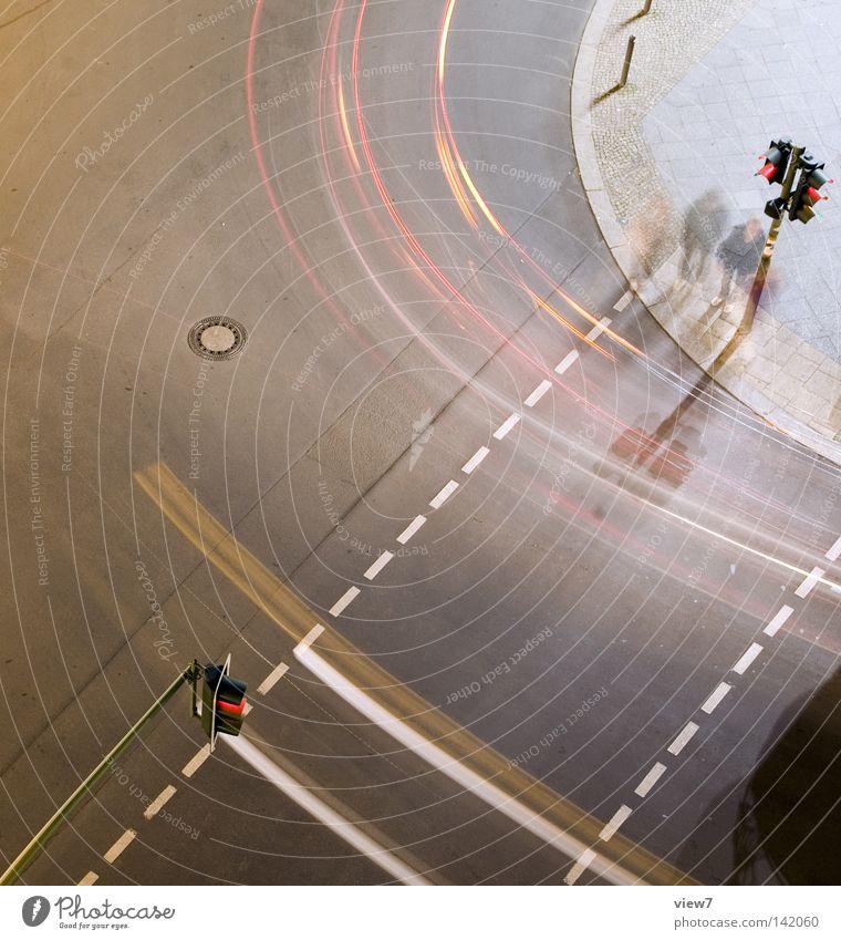 Fußgängerüberweg Mensch Stadt rot oben Straße Luft hell warten hoch Beton Verkehr Geschwindigkeit mehrere fahren Ziel Güterverkehr & Logistik
