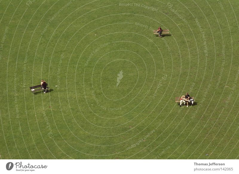 Menschen im Park alt grün schön Freude ruhig Liebe Freiheit Glück Menschengruppe Bank Rasen Idylle Frieden bequem