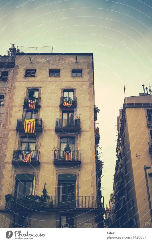 Stolz Ferien & Urlaub & Reisen alt Stadt Fenster Reisefotografie Architektur Gebäude Tourismus Fassade Europa historisch Spanien Fahne Hauptstadt Stadtzentrum