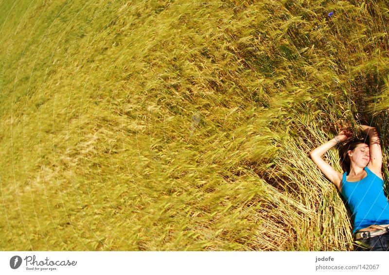 feelings. Frau Kornfeld Ähren Feld Ackerbau gelb grün liegen schlafen Halbschlaf Erholung Pause genießen Sonnenbad Frühling Landwirtschaft Lebensmittel Gerste