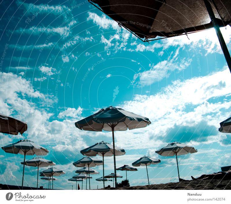 Fremde Welt Strand Meer Ferien & Urlaub & Reisen Weitwinkel Perspektive fremd außergewöhnlich fremdartig blau Himmel Mondlandung außerirdisch Sonnenschirm