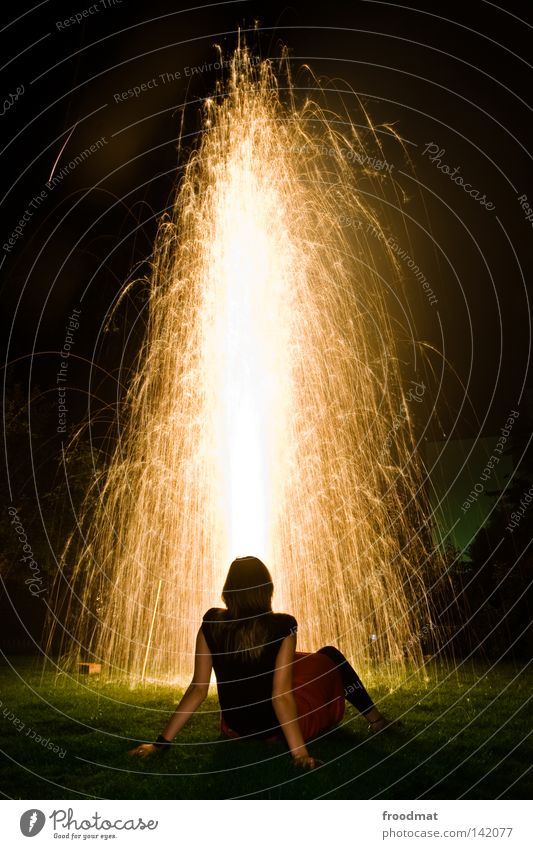 goldmarie Explosion Wasserfontäne Springbrunnen Licht Goldregen Wiese Nationalfeiertag Schweiz Feiertag Silvester u. Neujahr Ausgelassenheit Romantik träumen