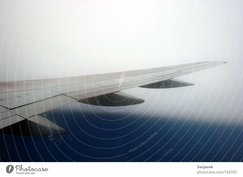 Flug ins Ungewisse Tragfläche Wolken Flugzeug Nebel fliegen Luftverkehr Technik & Technologie Geschwindigkeit gefährlich in der Ecke über den Wolken unsicher